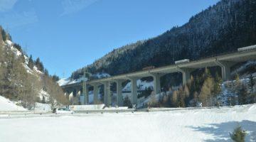 Widokowa droga wzdłuż autostrady